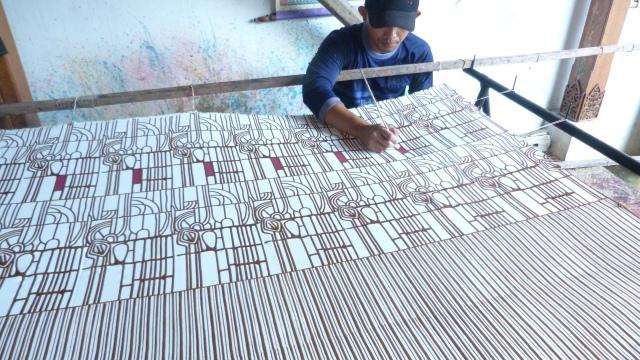 Top 5 Best Jakarta Getaways. Batik drawing in Bandung.